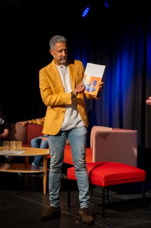 Kultur- og likestillingsminister Abid Raja på scenen under lanseringen av veilederen «Møteplasser for dataspill og datakultur» på Arendalsuka. Foto: Peder Carlsen, UKM Norge